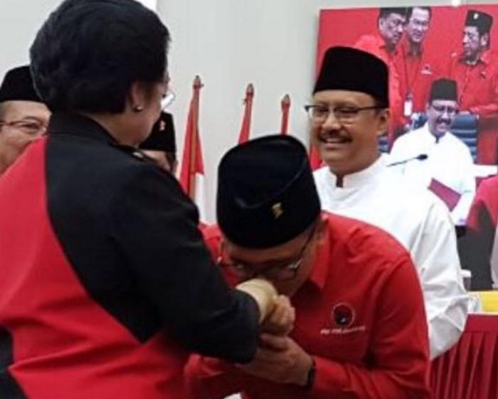 Pasangan Gus Ipul, Azwar Anas Cium Tangan Megawati (Foto Istimewa/Nusantaranews)