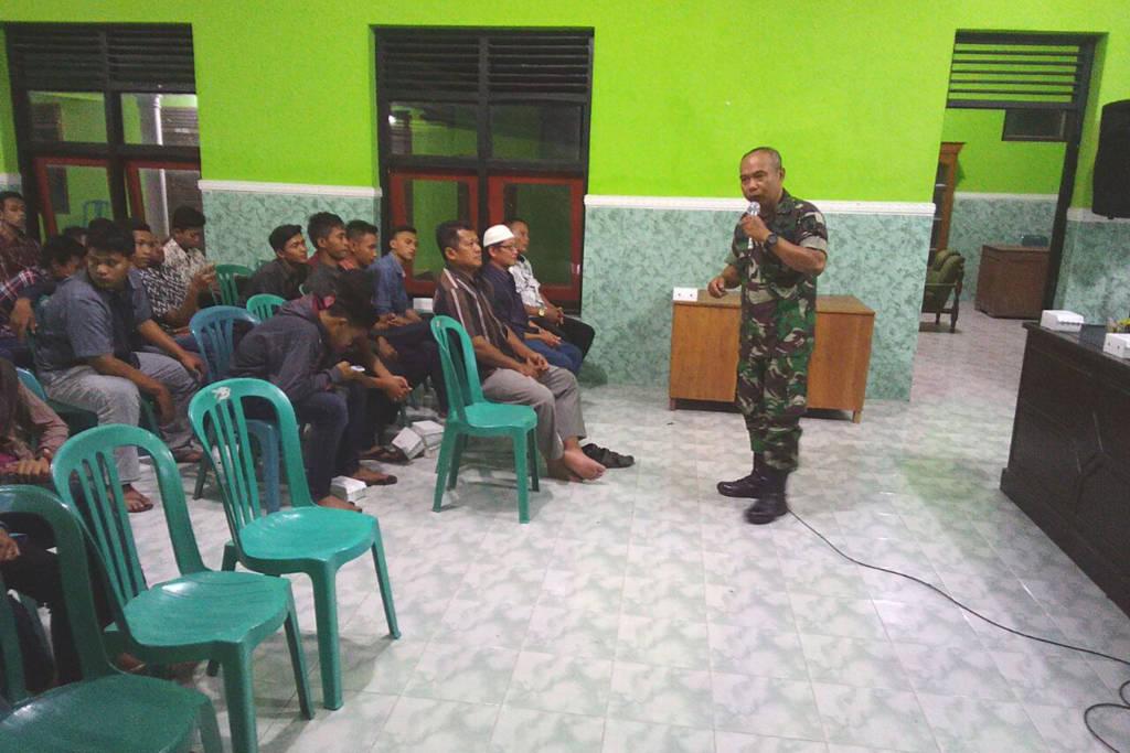 Komando Distrik Militer 0804/08 Barat Kapten Inf Suparlan mengunjungi Desa Ngumpul Kec Barat Kab Magetan, dan memberikan materi wawasan nusantara dan kesadaran berbangsa dan bernegara. (Foto: Istimewa)