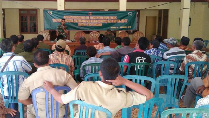 Satgas TMMD Ke 100, Bekerja sama dengan Dinas Pertanian Kabupaten Ngawi Memberikan Penyuluhan tentang Peternakan dan Perikanan kepada warga Desa Karanganyar. Foto Wahyu/ Timbul M/ NusantaraNews