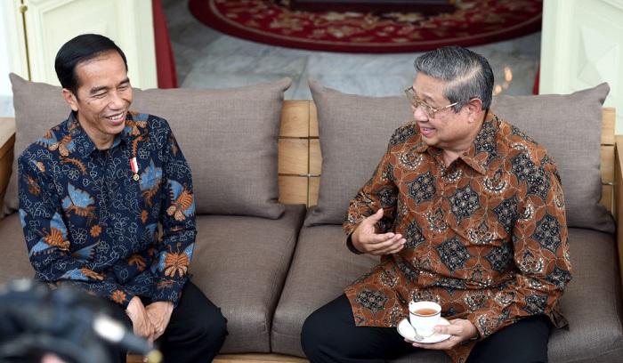 Presiden Joko Widodo (kiri) menerima kunjungan Ketua Umum DPP Partai Demokrat yang juga Presiden ke-6 RI Susilo Bambang Yudhoyono di Istana Merdeka, Kamis (9/3). ANTARA FOTO/Setpres/Cahyo Bruri Sasmito