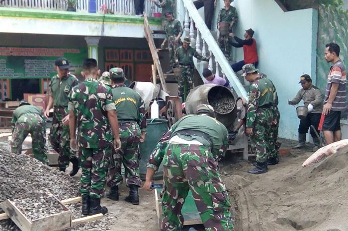Belasan anggota Koramil 0810/10 Tanjunganom berpartisipasi membangun Ponpes Salafil Huda. Foto edys10/Timbul/ NusantaraNews