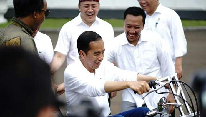 Presiden Jokowi Saat Berbincang dengan Para Pemuda Didampingi Kepala Bekraf dan Menpora. Foto: Dok. Istimewa