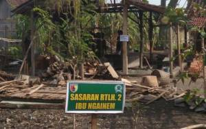 Anggota Kodim Ngawi merenovasi rumah warga, Mbah Ngainem yang sudah tak layak huni. (Foto: Wahyu'/Istimewa)