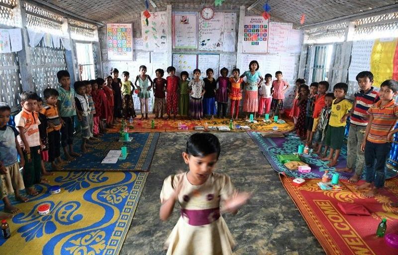 Anak-anak pengungsi Rohingya ikut serta dalam kegiatan di sebuah sekolah di kamp pengungsian Kutupalong di Bangladesh. (Foto: AFP)