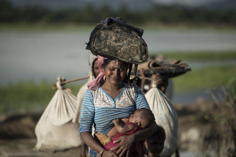 Pengungsi Rohingya banyak yang tiba di Bangladesh setelah menyeberangi sungai Naf yang merupakan perbatasan Myanmar-Bangladesh. (Foto: APF/Fred Dufour)