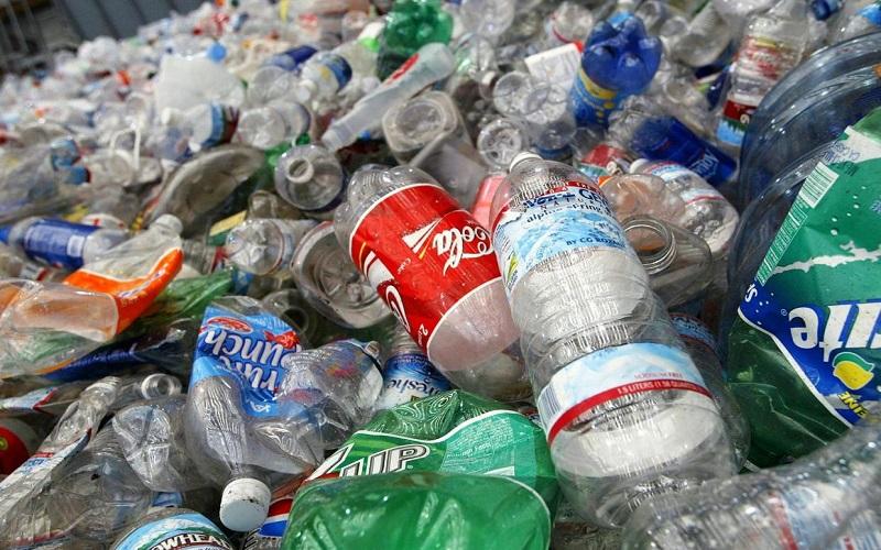 Solusi menghadapi sampah botol plastik adalah dengan mendaur ulang. (Getty Images)