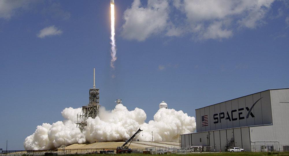 NUSANTARANEWS.CO - SpaceX meluncurkan roket Falcon 9 yang membawa satelit untuk perusahaan KTSat Korea Selatan. (Foto: AFP)