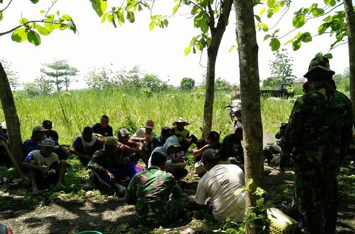 Suasana Guyub Makan Bersama antara TNI bersama warga di Ngawi (Foto Wahyu/Nusantaranews)