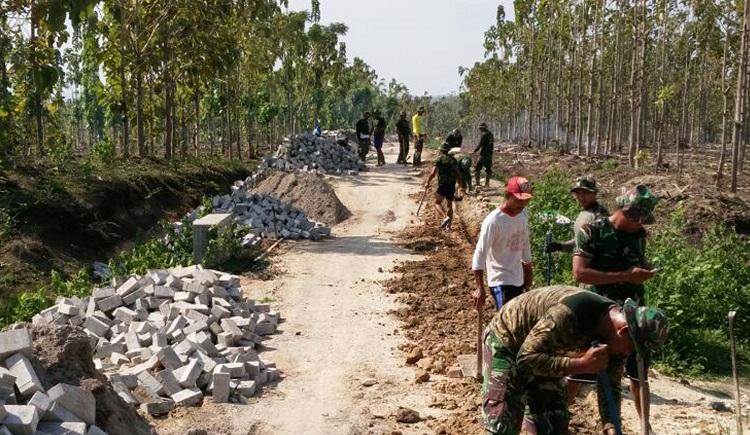 Program TNI Manunggal Membangun Desa (TMMD) ke-100 TA 2017 adalah bagian dari upaya TNI menciptakan kesejahteraan masyarakat. (Foto: Wahyu/NusantaraNews)