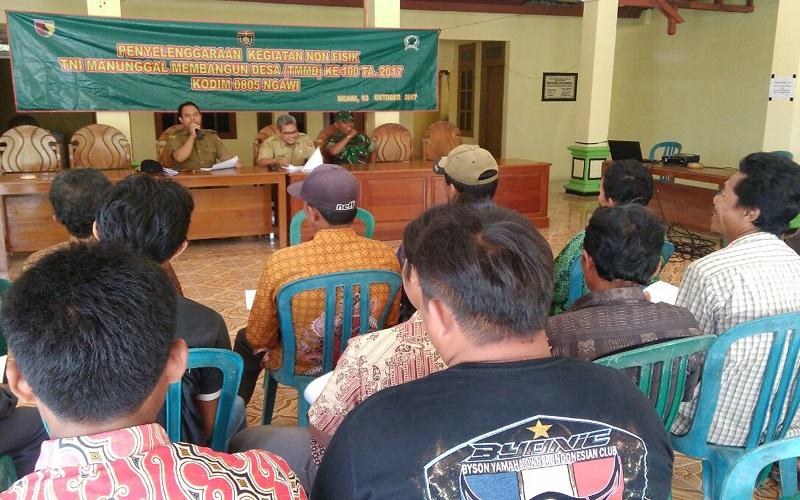 Kodim 0805/Ngawi bekerja sama dengan Pemerintah Kota Ngawi melaksanakan Penyuluhan Hukum di Kantor Desa Mengger, Kecamatan Karanganyar, Kabupaten Ngawi pada Selasa, (3/10). (Foto: Wahyu/Istimewa)