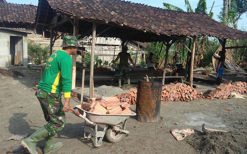 Kodim 0805 Ngawi, Jawa Timur rehab warga bernama rumah Edi Sudarno dalam program TNI Manunggal Membangun Desa (TMMD) yang salah satunya menyasar rumah tak layak huni (RTLH). (foto: Wahyu/Istimewa)