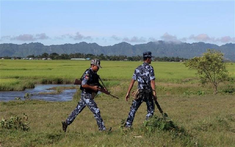 Foto tentara Myanmar ini diambil pada 10 Oktober 2017 di sebuah perbatasan Myanmar-Bangladesh dekat An Nout Pyin Village yang juga di sekitar Rathedaung, Northern Rakhine State. (Foto: AFP)