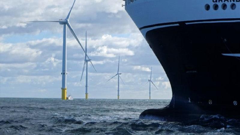 Turbin angin di lepas pantai di perairan utara Inggris, terbukti lebih efisien daripada turbin yang berbasis di daratan. (Foto: AFP)