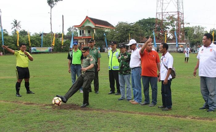 tendangan bola pertama oleh Dandim 0808/Blitar Letkol Arh H Surya Dani SH. tanda dibukanya turnamen. Foto Amrin 08