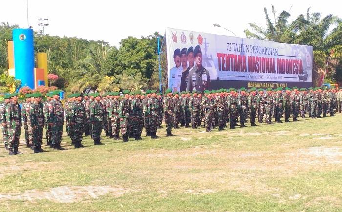 Prajurit TNI pada upacara HUT TNI ke 72 di Alun-Alun Kota Madiun. Foto Dim 0803