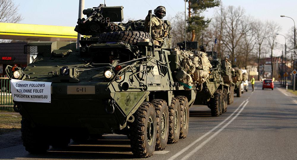 Konvoi tentara Amerika Serikat yang tergabung dalam NATO untuk ditempatkan di perbatasan Polandia-Rusia. Konvoi ini berlangsung pada Maret 2017 lalu. (Foto: Reuters/Kacpel Pemper)
