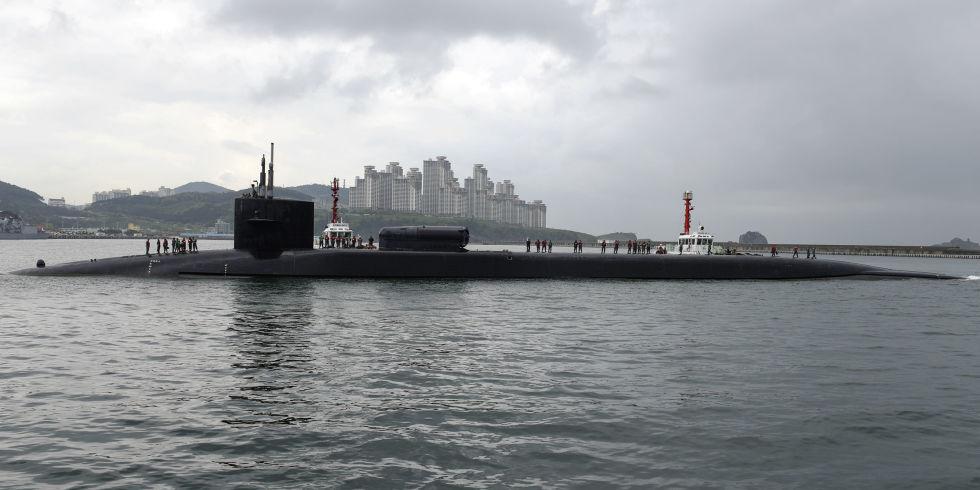 Kapal selam bertenaga nuklir USS Michigan tiba di pelabuhan selatan Korsel di Busan pada Jumat (13/10). (Foto: Mass Communication Specialist 2nd Class Jermaine Ralliford)