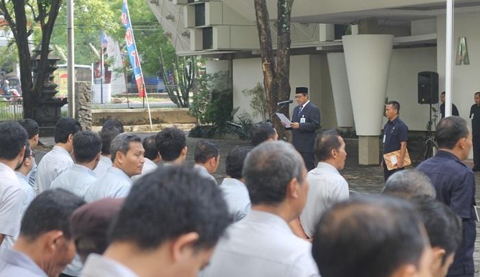 Suparnyo membacakan sambutan Menpora itu dalam upacara memperingati Hari Sumpah Pemuda ke-89 yang digelar UMK di halaman barat Auditorium Kampus, Sabtu (28/10/2017). Foto Rosidi/ Humas UMK