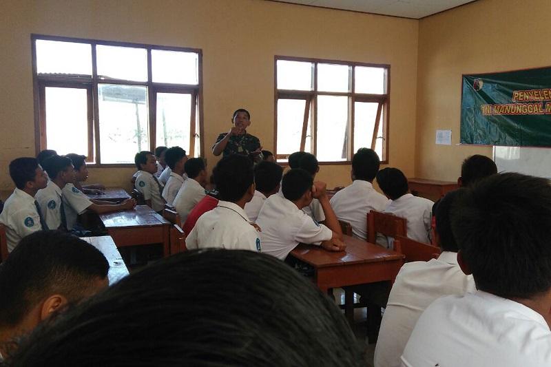 Kapten Caj Muslih memberikan wawasan kebangsaan kepada siswa di SMKN Karanganyar. Selasa (3/10/17). (Foto: Wahyu/Istimewa)
