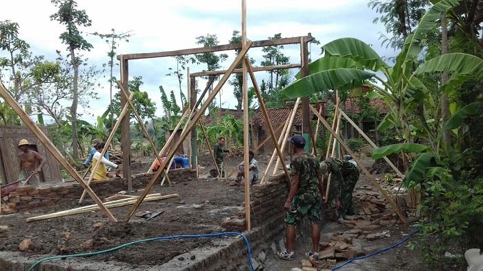 TNI Gotong Royong Bersama Masyarakat Ponorogo Bangun Rumah Warga Miskin. Foto Muh Norcholis/ NusantaraNews