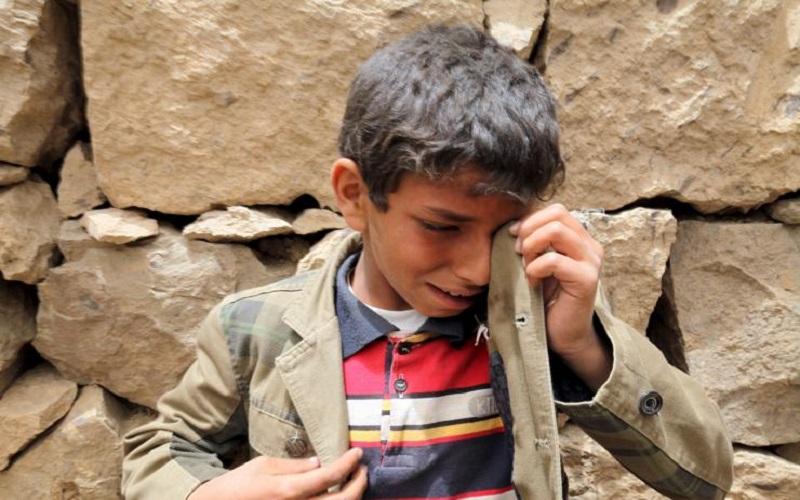 Seorang anak laki-laki menangis di dekat puing-puing rumah yang hancur akibat serangan udara di desa Okash dekat Sanaa pada 4 April 2015. Sebuah serangan udara di sebuah desa dekat ibukota Yaman, Sanaa, membunuh satu keluarga dengan sembilan orang, kata penduduk setempt, mereka menjadi sasaran kampanye militer pimpinan-Saudi melawan milisi Houthi. (Foto: Reuters/Mohamed al-Sayaghi)