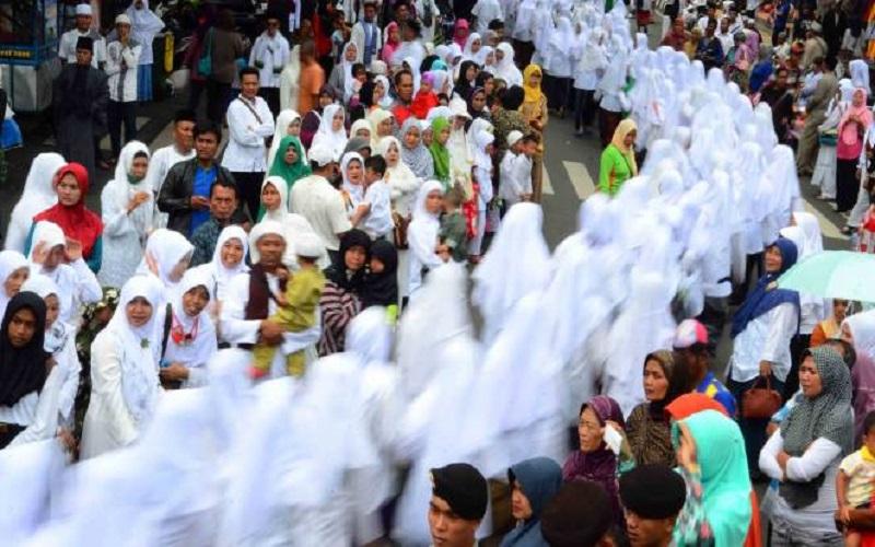 Puluhan ribu Nahdliyin nampak mengular mulai dari Taman Makam Pahlawan melewati Jalan Pahlawan dan finish di Lapangan Pancasila, Simpanglima, Semarang, Minggu (22/10/2017). (Foto: Edy Santri)