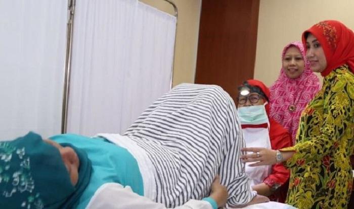 Anggota pengurus OASE Marifah Hanif Dhakiri saat acara pemeriksaan leher rahim (serviks) secara gratis. Foto: Dok. Humas Kemnaker