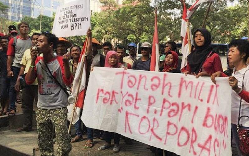Puluhan nelayan asal pulau Pari, Kepulauan Seribu, mendatangi kantor Ombudsman menuntut perhatian pemerintah atas kasus tiga nelayan yang diduga mengalami kriminalisasi. (Foto: CNN)