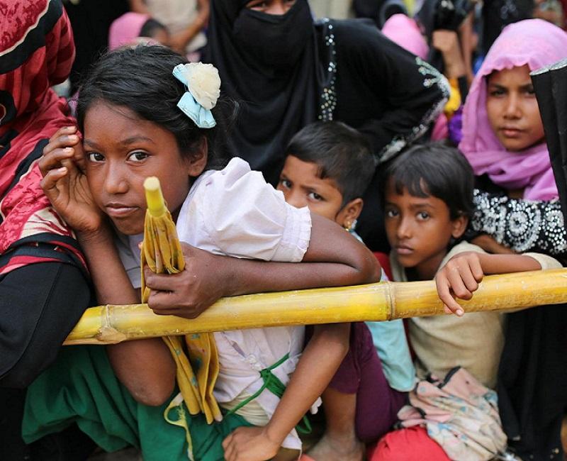 Anak-anak Rohingya menunggu selebaran makanan di kamp pengungsi Thangkhali di Cox's Bazar, Bangladesh, 5 Oktober 2017. (AP Photo / Zakir Hossain Chowdhury)
