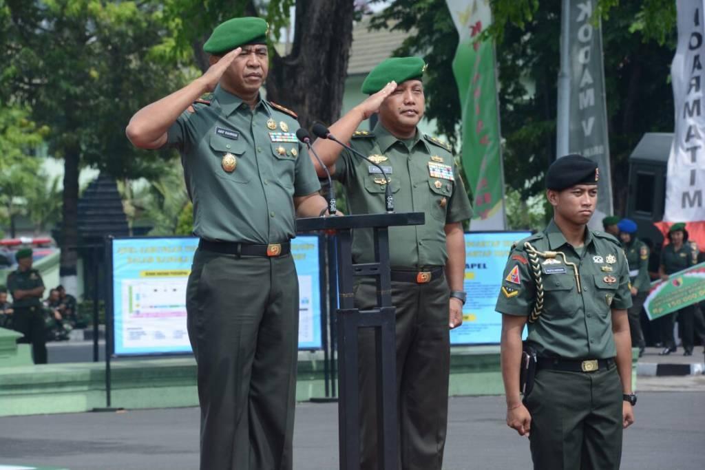 Tongkat Komando Garnisun Tetap (Gartap) III/Surabaya, secara resmi beralih dari Mayjen TNI Kustanto Widiatmoko kepada Mayjen TNI Arif Rahman. Foto: Istimewa