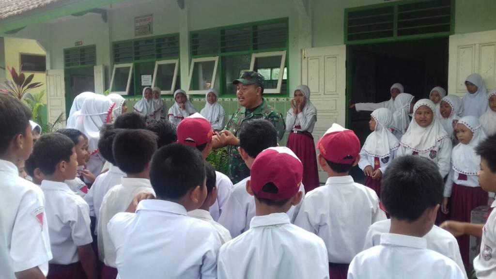 Danramil Gurah Kapten Inf Wahyudi memperkenalkan TNI di tengah-tengah siswa-siswi SDN Gurah. Foto: Dok. Penrem