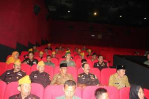 Dandim Kediri nonton bersama (nobar) legiun veteran RI film Merah Putih Memanggil. Foto: Dok. Penrem/Istimewa)