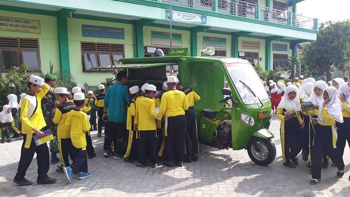 Si Mokos Hadir untuk Mercesdaskan, Siswa-Siswi Menyambutnya Penuh Ceria. Foto Penrem 082/CPYJ