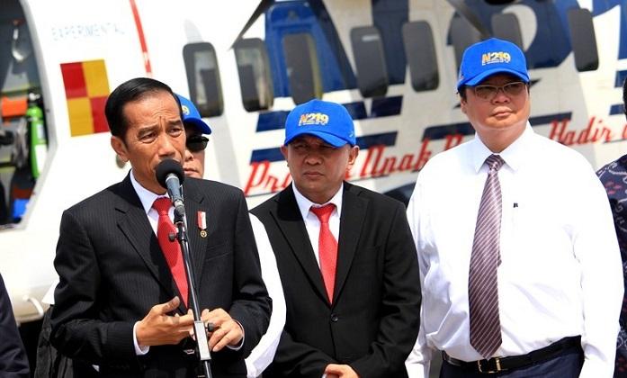 Menperin Airlangga mendampingi Presiden Jokowi pada upacara Pemberian Nama Pesawat Terbang N219 di Base Ops Lapangan Udara Halim Perdanakusuma, Jakarta Timur, Jumat (10/11/2017).. Foto: Dok. Humas Kemenperin