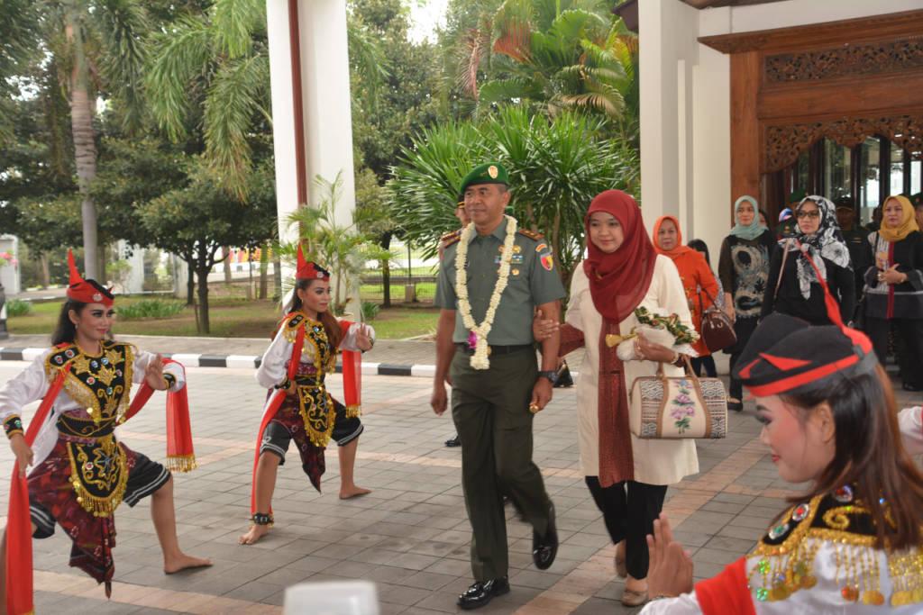 Tarian Remo menyambut Pangdam V/Brawijaya Mayjen TNI Arif Rahman kali ini, Rabu, 15 Nopember 2017. Foto: Istimewa