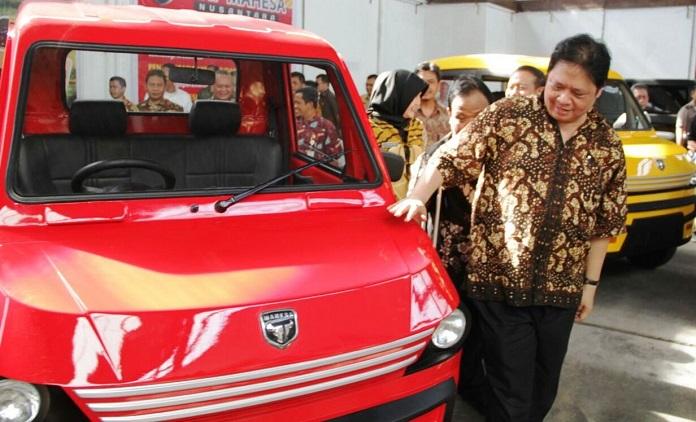 Menperin Airlangga Hartarto saat mengunjungi bengkel Kiat dan melihat Moda Angkutan Hemat Pedesaan (Mahesa). Foto: Dok. Humas Kemenperin