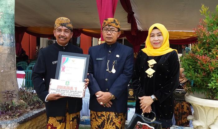 Kepala SMPN 1 Sumenep Abd. Kifli bersama Kepala Dinas Pendidikan Kabupaten Sumenep beserta ibu. Foto Mahdi/ NusantaraNews