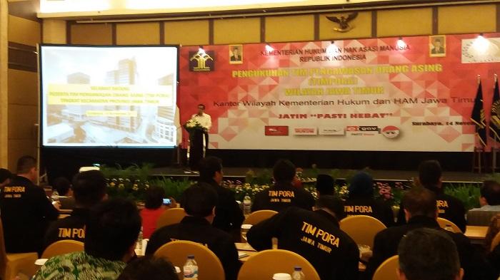 Menteri Hukum dan HAM Yasona Laoly lantik 500 petugas Tim Pengawasan Orang Asing (Timpora) di Surabaya, Selasa (14/11/2017). Foto Tri Wahyudi/ NusantaraNews