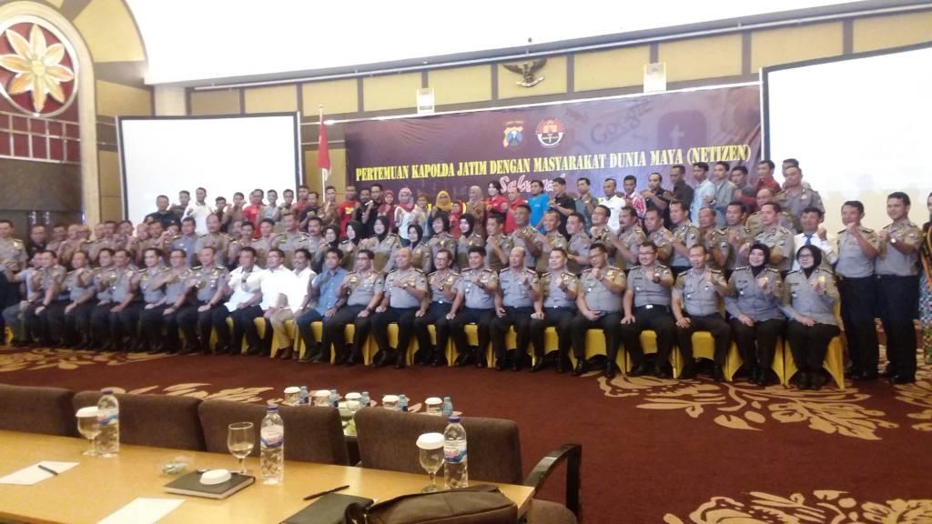 Kapolda Jatim Irjen Machfud Arifin dengan masyarakat dunia maya (Netizen) di Hotel Wyndham Surabaya, Rabu (15/11/2017). Acara diikuti oleh ratusan Netizen dari 39 Kabupaten/Kota se-Jawa Timur. Foto: Muh. Nurcholis