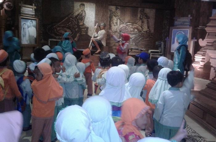 Kenalkan Sejarah, KB Al-Azhar Gelar Wisata Edukasi di Museum Jenang . Foto: Dok. NusantaraNews/ Fakhrudin