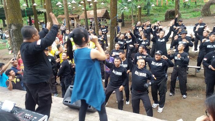 Nikmati Wisata Gunung Beruk, Brimob Polres Ponorogo Rayakan Ultah 72. Foto: Dok. Muh Nurcholis/ NusantaraNews