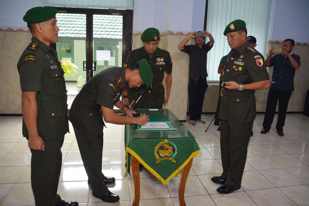 Serah Terima Jabatan (Sertijab) Komandan Kodim 0813 Bojonegoro dari Letkol Inf M. Herry Subagyo kepada Letkol Arh Redinal Dewanto, Selasa (14/11/2017). Foto: Dok. Penrem