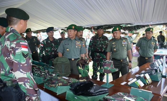 Mayjen TNI Kustanto Widiatmoko di hadapan ratusan prajurit Yonif Raider 500/Sikatan sebelum diberangkatkan ke wilayah perbatasan Indonesia-Papua New Guinea. Foto Dodiet Lumwartono