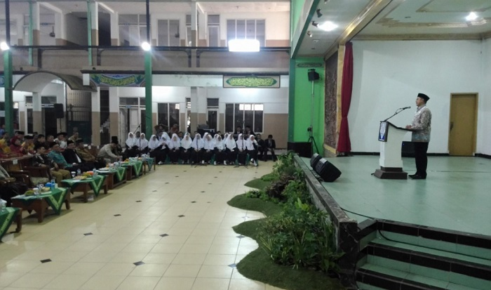 Menag Lukman Hakim Saifuddin beri ceramah pada Peringatan Hari Lahir ke-28 Pondok Pesantren Modern dan Launching Sekolah Tinggi Ilmu Tarbiyah (STIT) al-Ihsan. Foto: Dok. Sugito/Kemenag