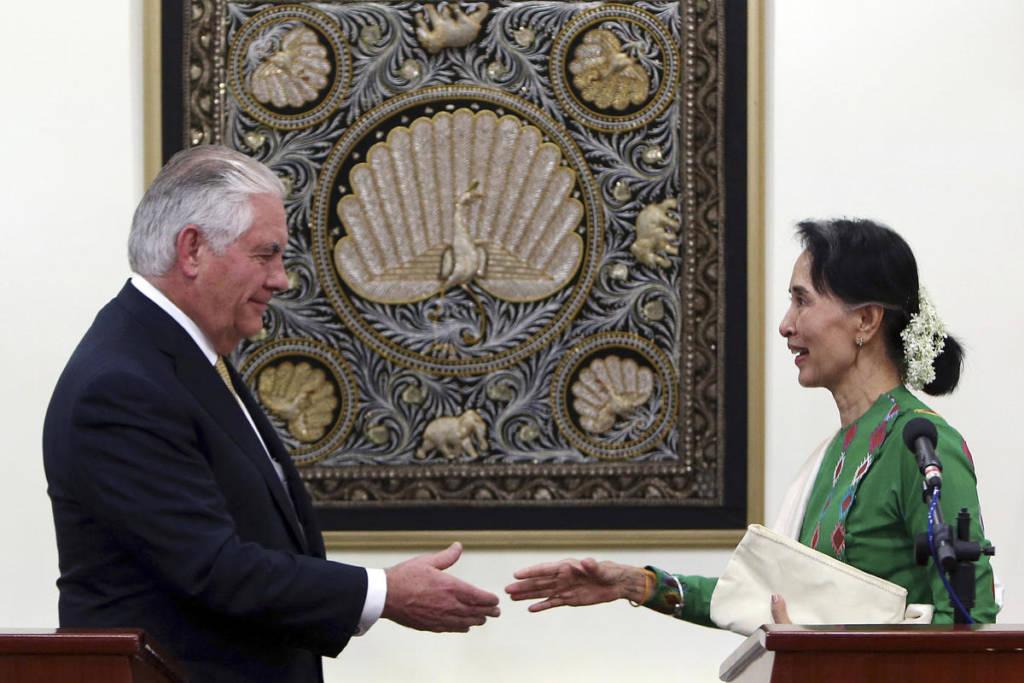 Pemimpin de facto Myanmar Aung San Suu Kyi bertemu Sekretaris Amerika Serikat Rex Tillerson. (AP Photo/Aung Shine Oo)