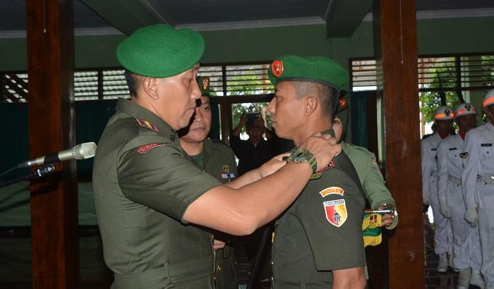 Penyematan tugas baru Danrem 081/DSJ Kolonel Inf R. Sidharta Wisnu Graha saat diamanahi jabatan Dandim 0806/Trenggalek di aula Makorem 081/DSJ. Foto pen81/ NusantaraNews