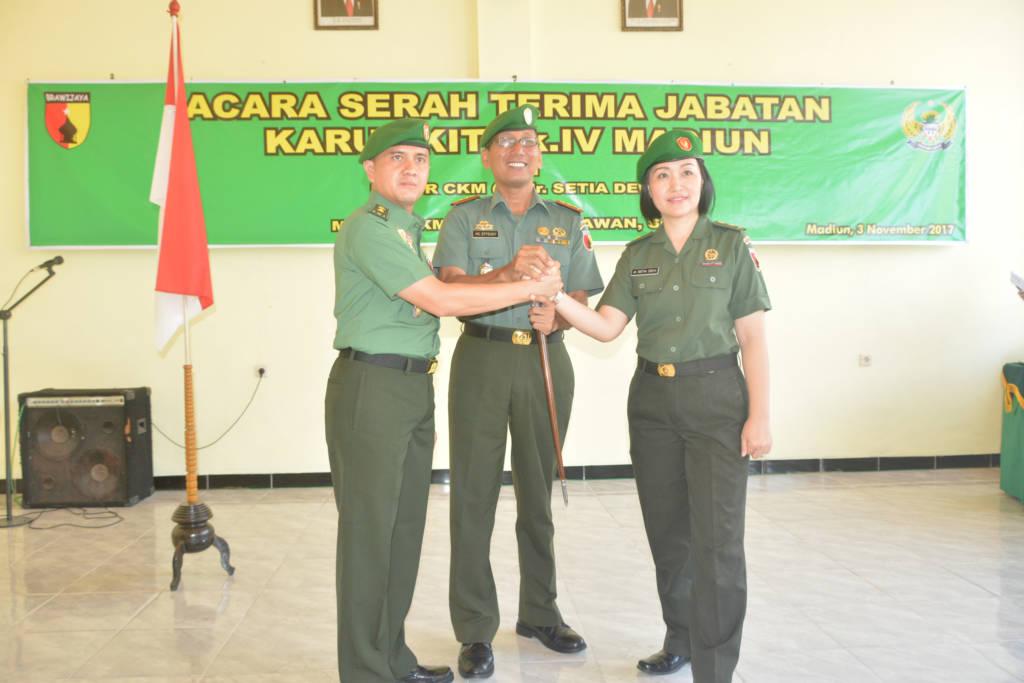Serah terima tugas, wewenang dan tanggung jawab jabatan Karumkit Tingkat IV Madiun dari Mayor Ckm (K) dr. Setia Dewi kepada Mayor Ckm dr. Hengky Irawan, S.An yang dipimpin langsung oleh Dandenkesyah 05.04.01 Madiun Letkol Ckm dr. Muchlis Effendi, Spd, Msi, Jum'at(3/11/17). (Foto: Istimewa)