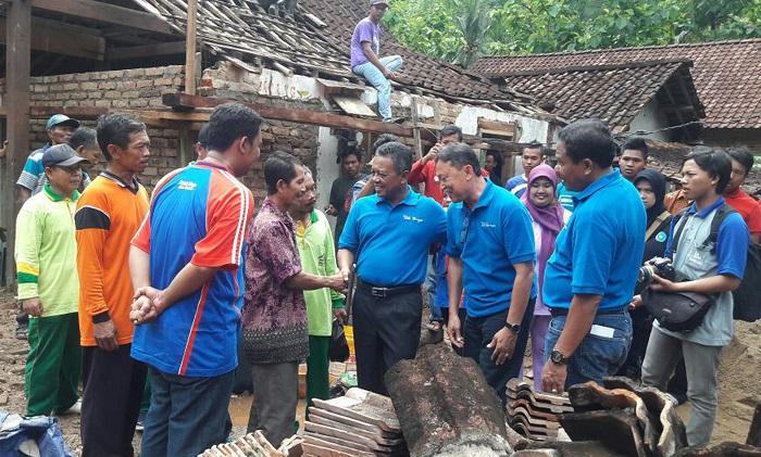 Danramil Arjosari Pacitan dampingi Bupati Pacitan saat menilik desa. Foto TImbul M/ NusantaraNews