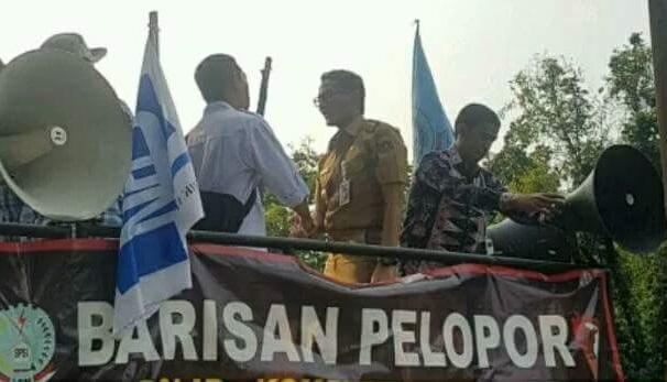 Wakil Gubernur DKI Jakarta Sandiaga Salahuddin Uno yang naik ke atas mobil komando untuk langsung menemui peserta aksi di Jakarta, Selasa (31/10/2017). Foto Istimewa