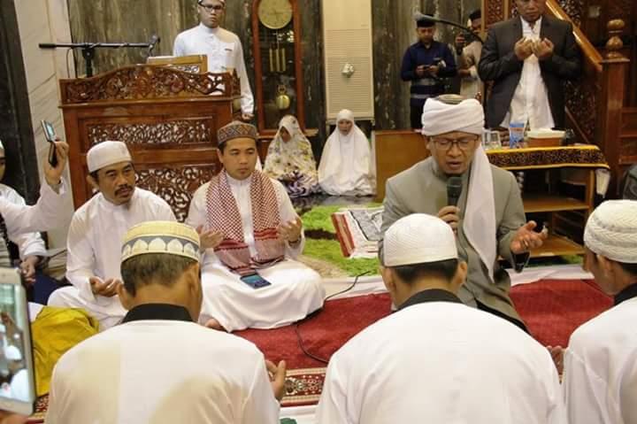 Penceramah kondang Aa Gym mengislamkan 8 orang masyarakat yang terdiri dari 5 orang laki-laki dan 3 orang perempuan di Masjid Hasanuddin Majedi, Banjarmasin Utara, Sabtu (25/11/17). Foto: Herpani/NusantaraNews